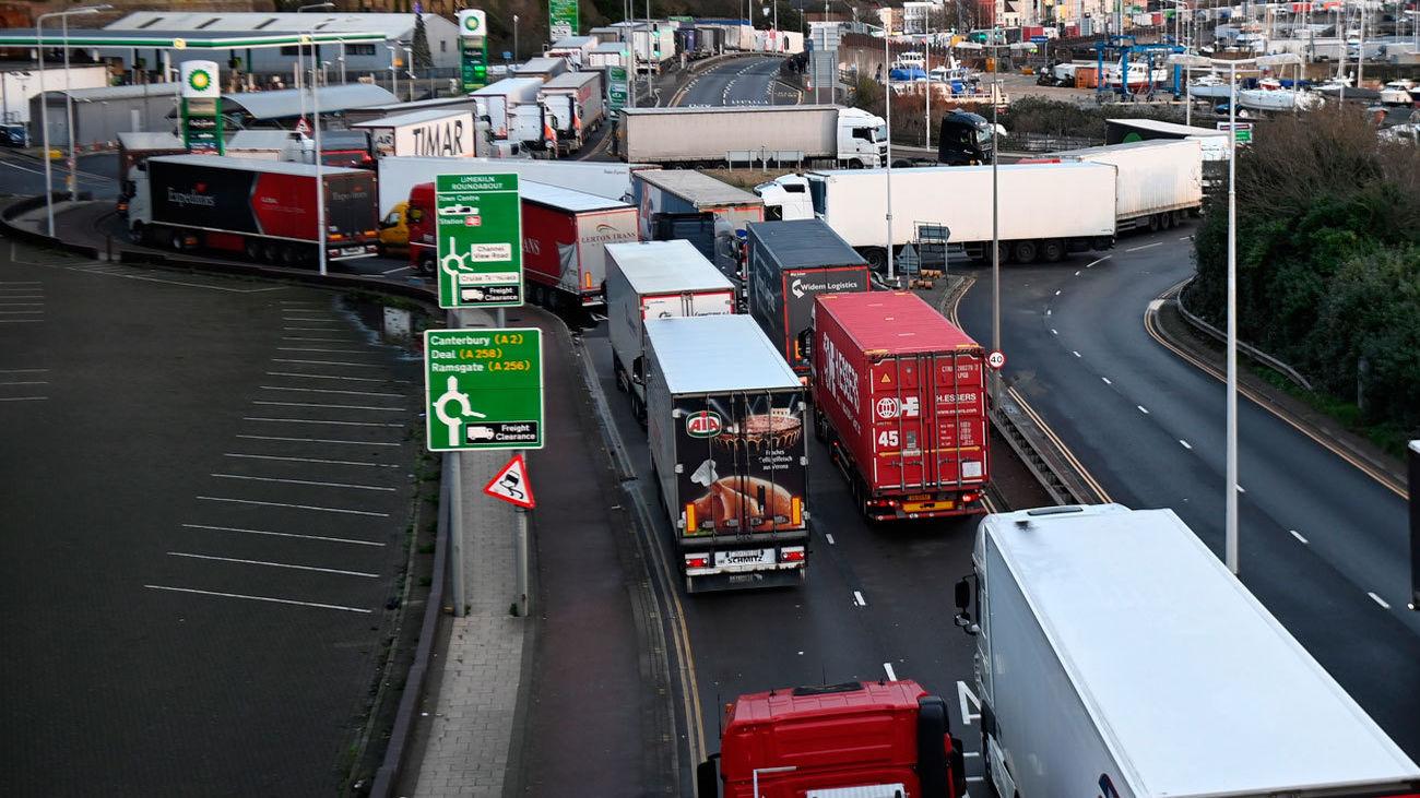 Camioneros que siguen varados en torno a Dover