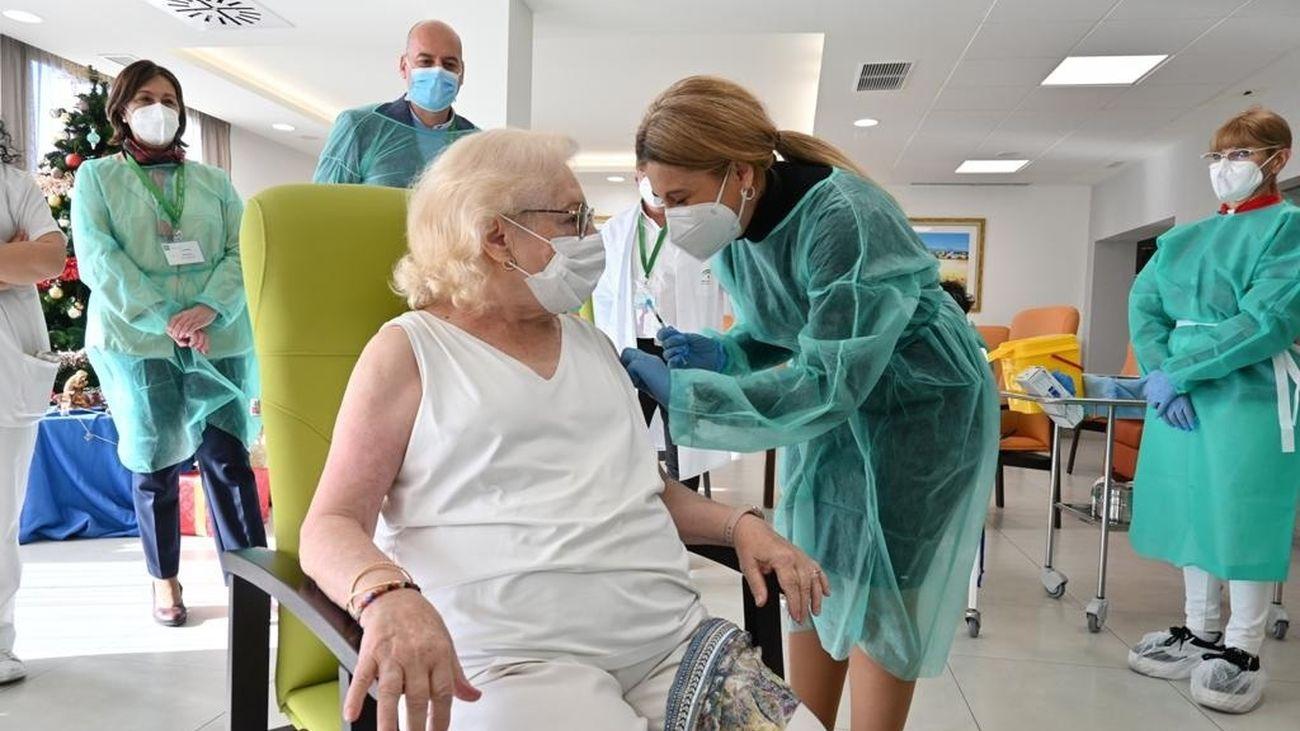 España inicia la vacunación de sus mayores en todas las Comunidades Autónomas
