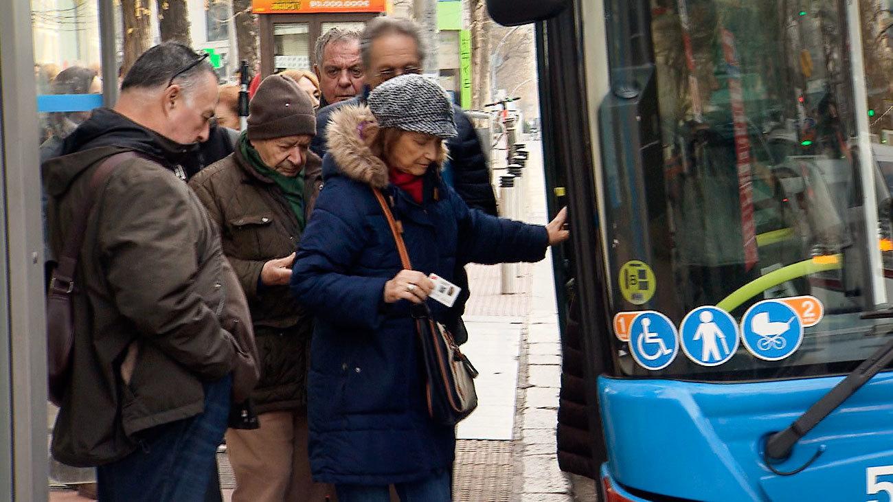 Usuarios de la EMT en una parada de autobús