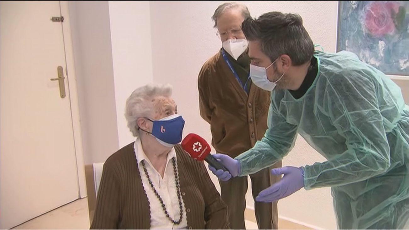 """Rosario, 99 años, 24 horas después de ser vacunada: """"Me encuentro esplendida como una rosa"""""""