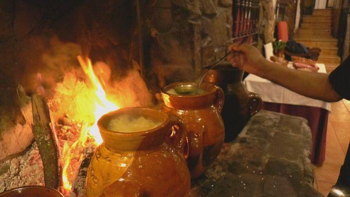 Así se prepara la olla del segador, el plato típico de Navalcarnero
