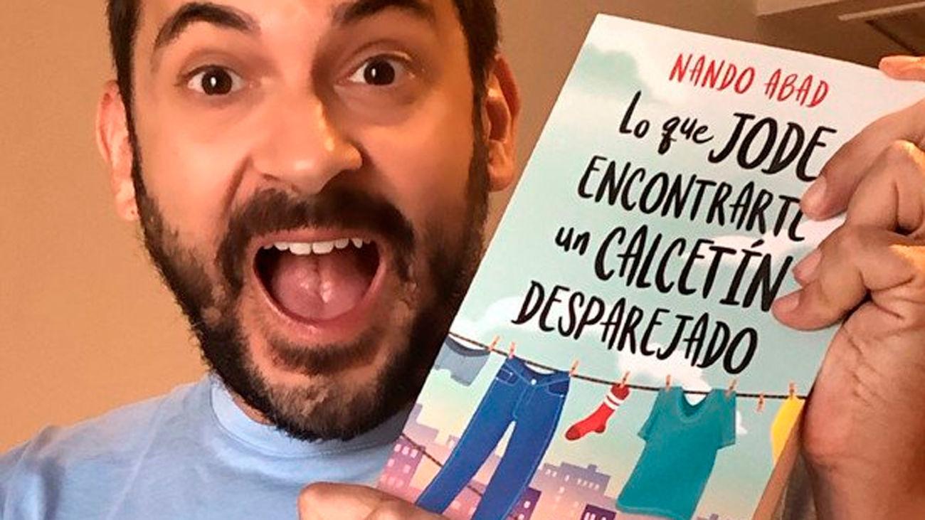 Nando Abad nos presenta su último libro 'Lo que jode encontrarte un calcetín desparejado'