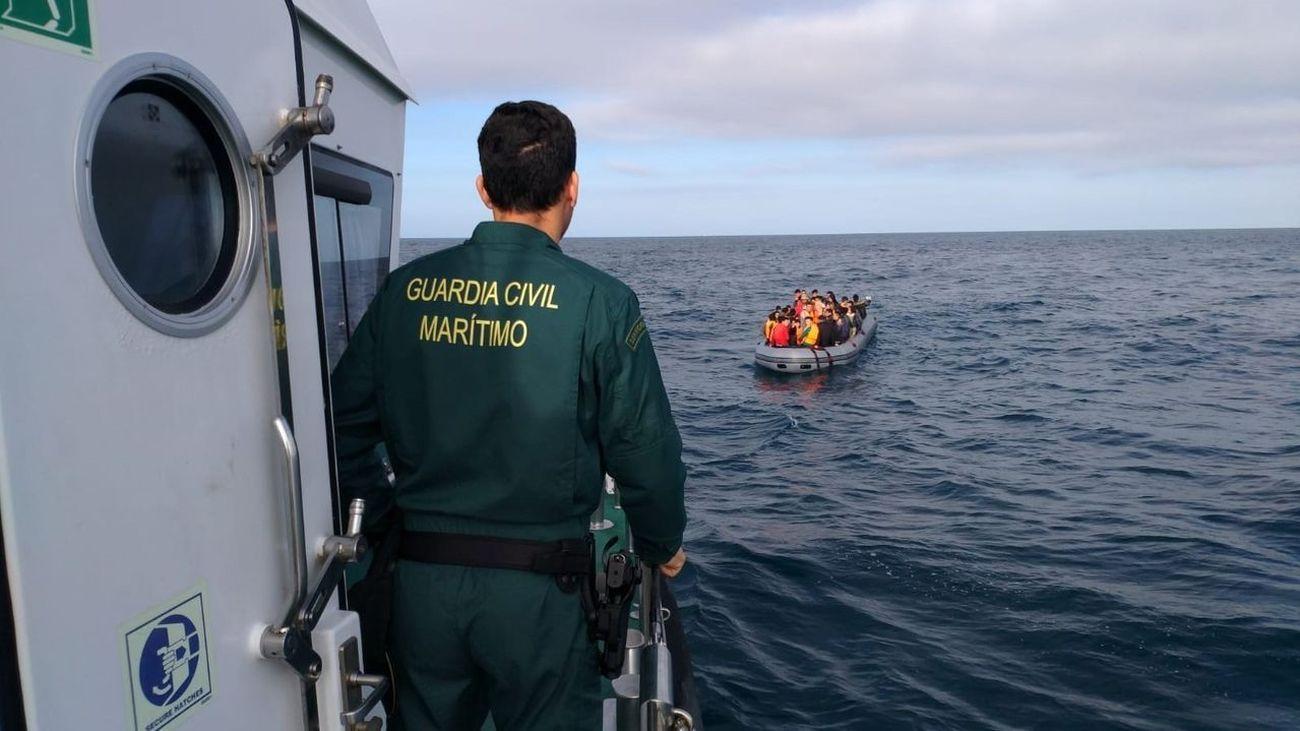 Embarcación de la Guardia Civil se aproxima a una patera para su rescate