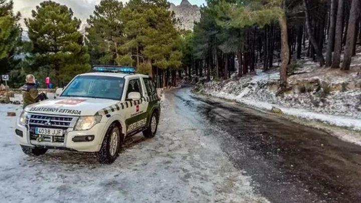 El 112 cierra el acceso en coche a La Pedriza por nieve y atiende a 15 vehículos atrapados por la nieve