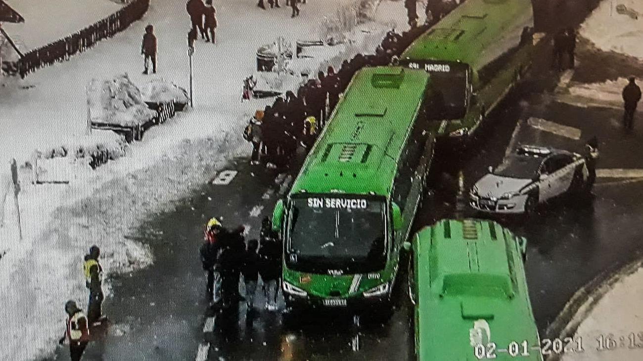 El 112 asiste a un grupo de 150 personas que esperaban autobús en Cotos debido al frío y la nieve