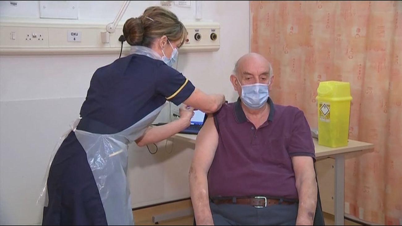 Un paciente de 82 años de Reino Unido, la  primera persona del mundo en recibir la vacuna de Oxford