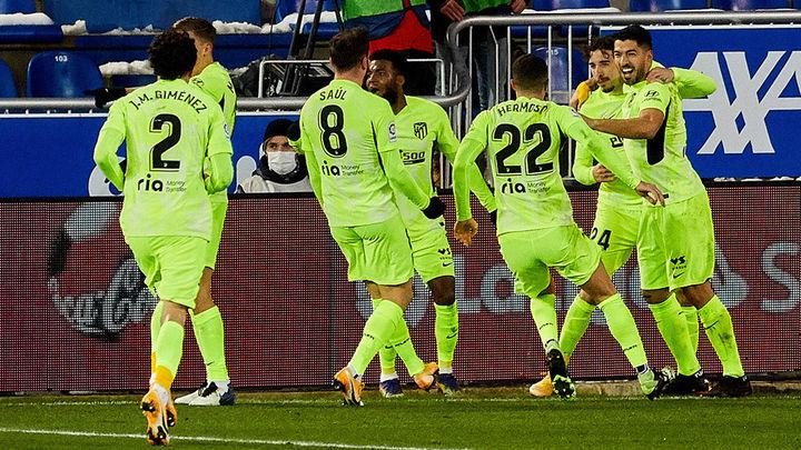 1-2. Luis Suárez salva a un Atlético líder en el minuto 90 frente al Alavés