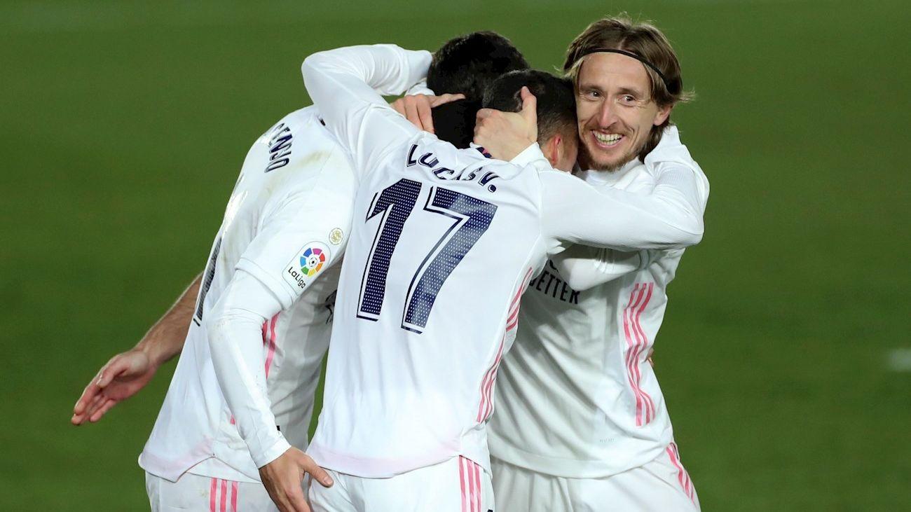 Los jugadores del Real Madrid celebran el segundo gol del equipo madridista