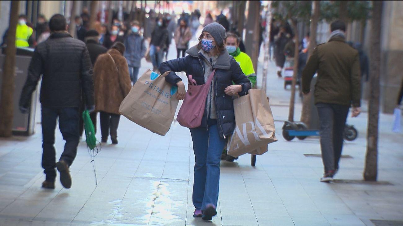 Compras de última hora en los comercios de Madrid a la espera de la llegada de los Reyes Magos