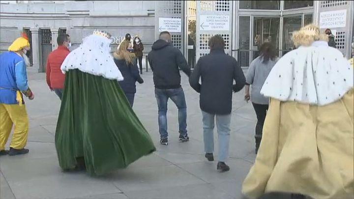 Los Reyes Magos llegan al Ayuntamiento de Madrid con una comitiva de 13 taxis