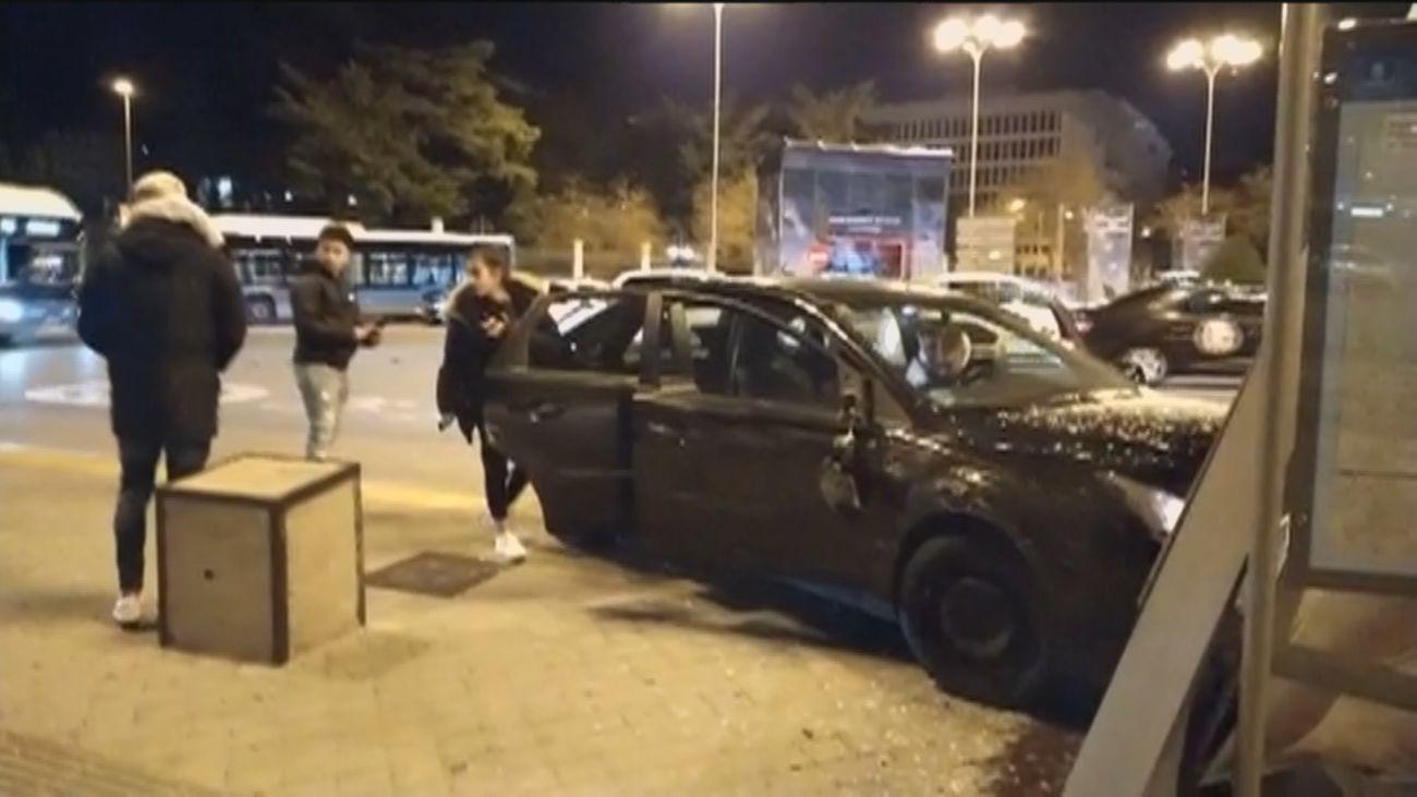Dos vehículos impactan  contra una marquesina de Cibeles en un aparatoso accidente de tráfico
