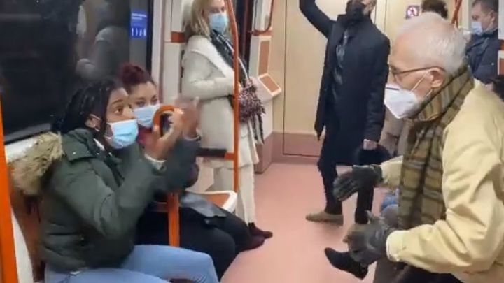 """Discusión a gritos en el metro de Madrid: """"Por favor, tápese la nariz"""""""