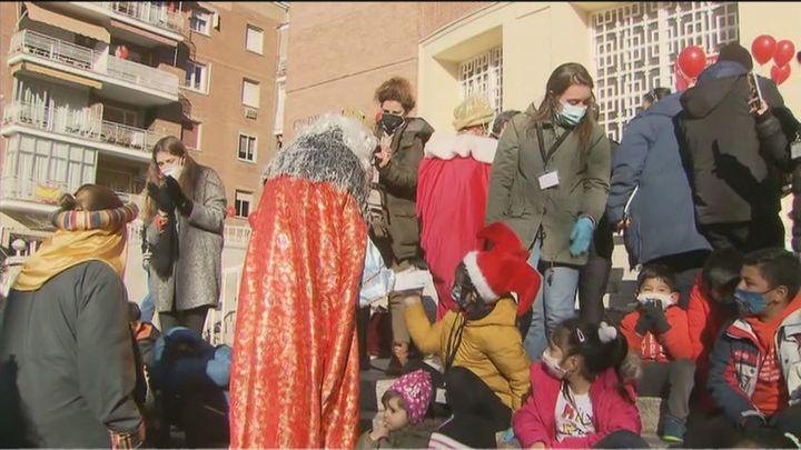 Los Reyes Magos traen juguetes a niños de familias sin recursos de la mano de la Fundación Madrina