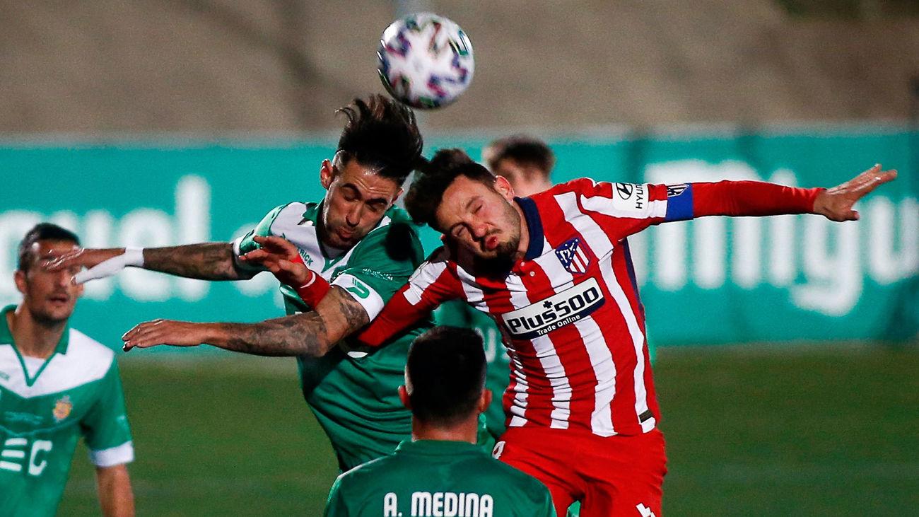 Saúl Ñiguez lucha con Estellés  durante el partido de la Copa del Rey disputado entre el Cornellà y el Atlético de Madrid