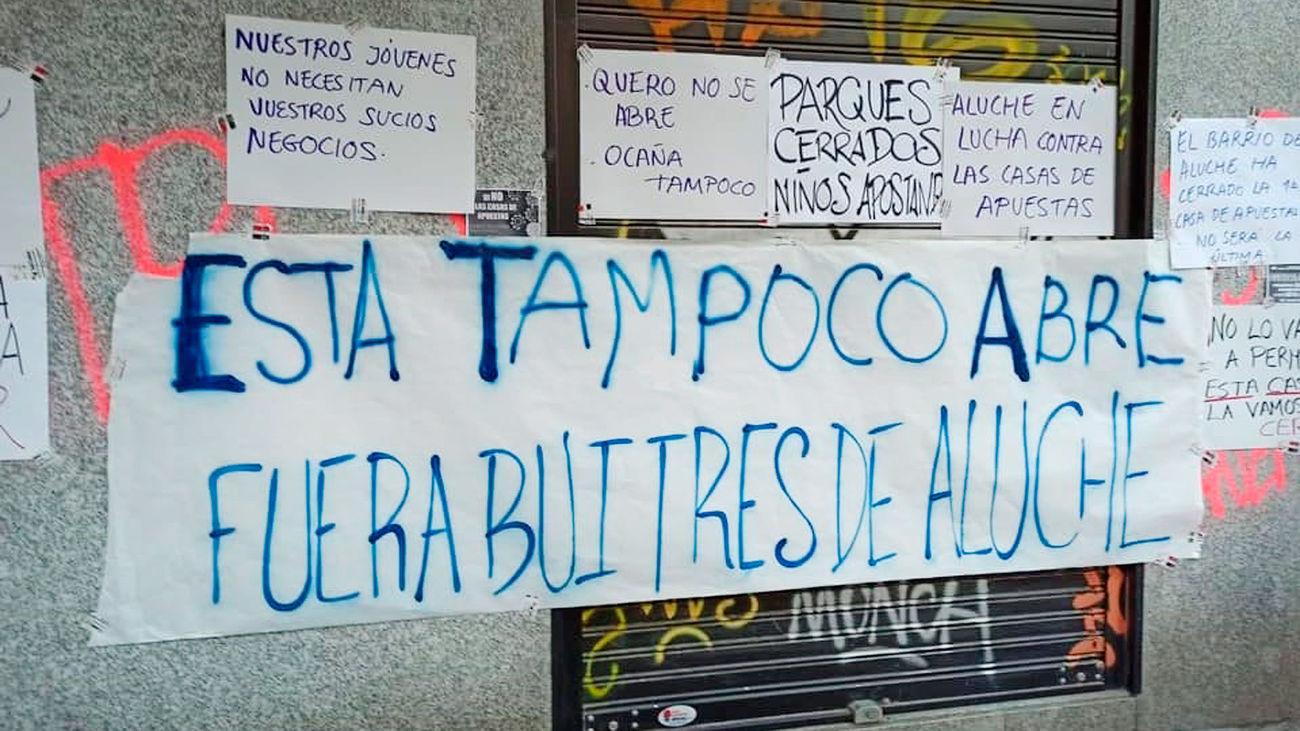 Colectivos vecinales de Aluche se concentran contra un nuevo local de apuestas, el tercero en la calle Ocaña