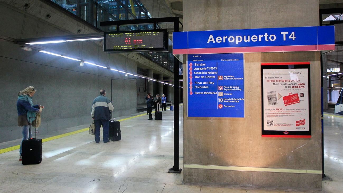 Usuarios del Metro esperan la llegada de un tren en la estación de la T4 del Aerupuerto de Madrid-Barajas