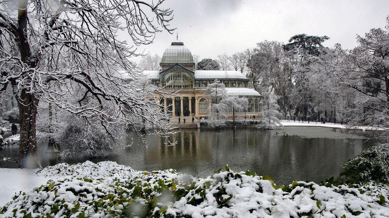 El Palacio de Cristal del Retiro nevado, tras el paso de la borrasca Filomena