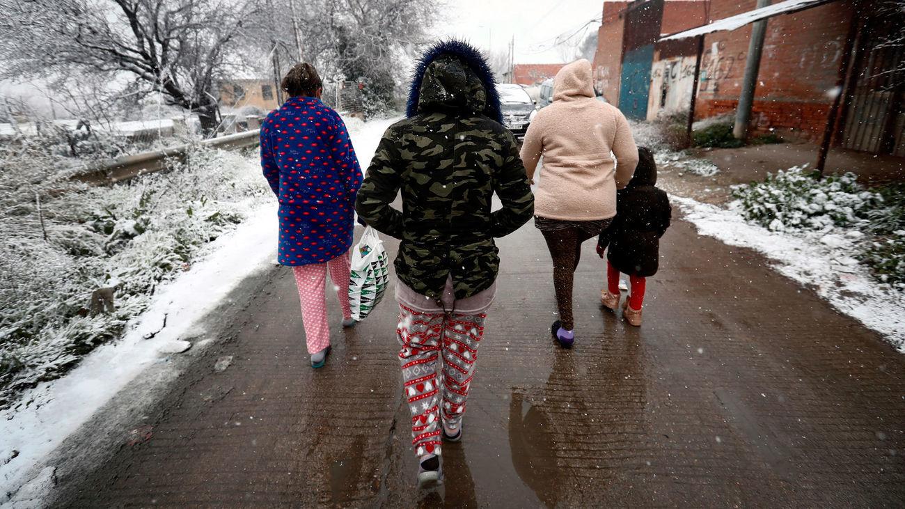 Vecinos de la Cañada Real camina bajo la nieve