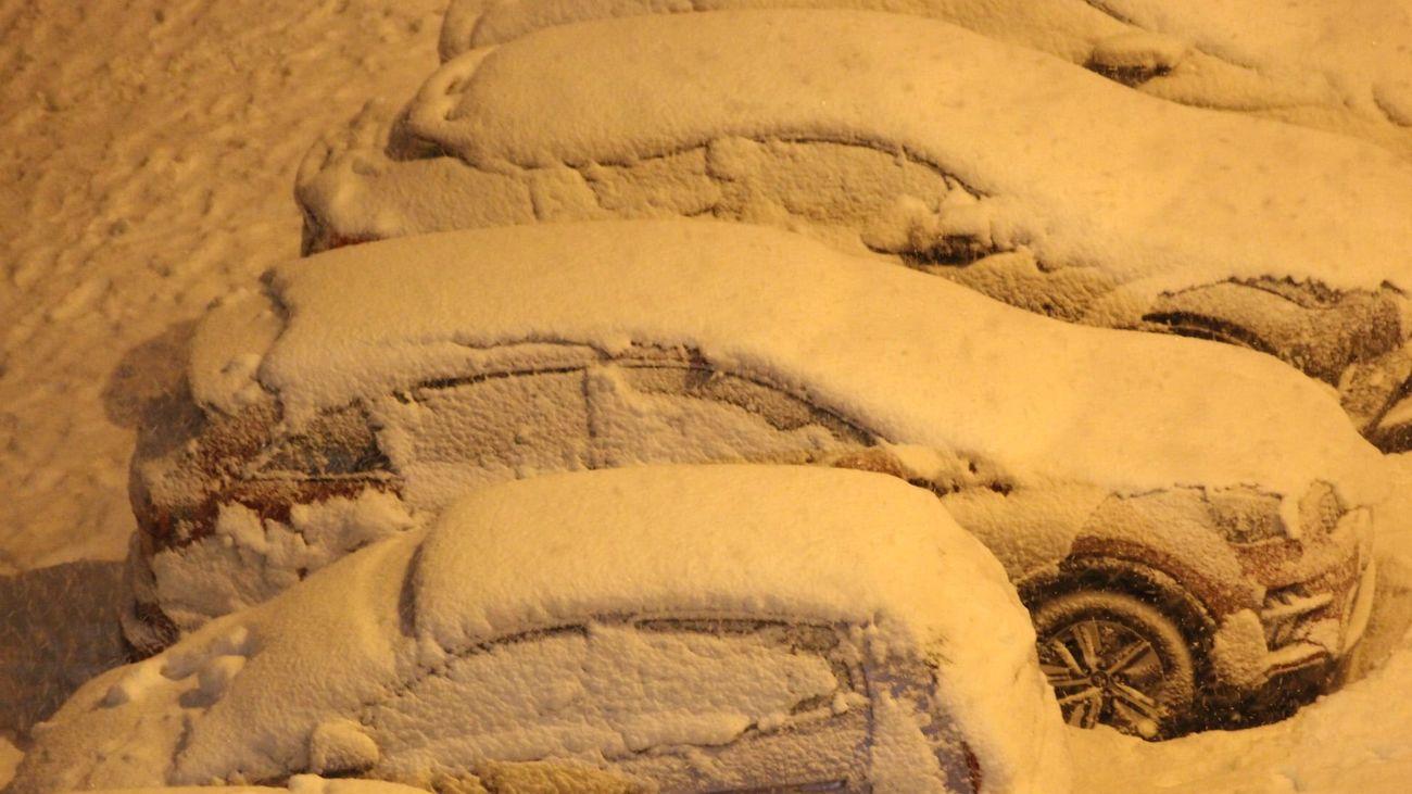 Coches cobuiertos de nieve