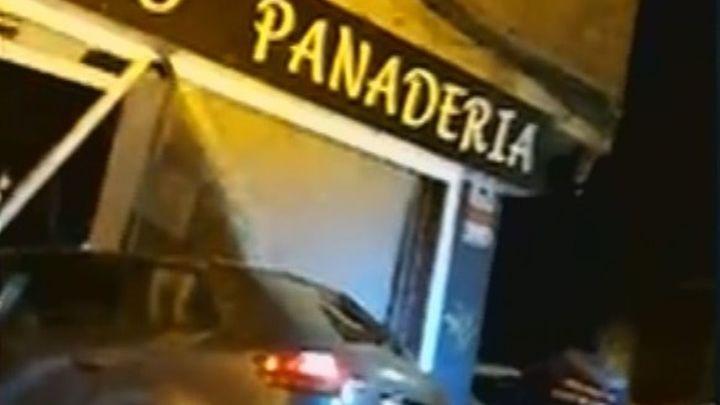Un coche se empotra en una panadería de Alcalá de Henares