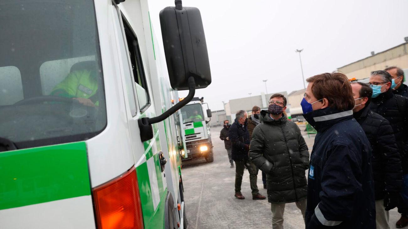 Al alcalde de Madrid, José Luis Martínez-Almeida, con los operarios que están repartiendo sal en las calles por la nevada