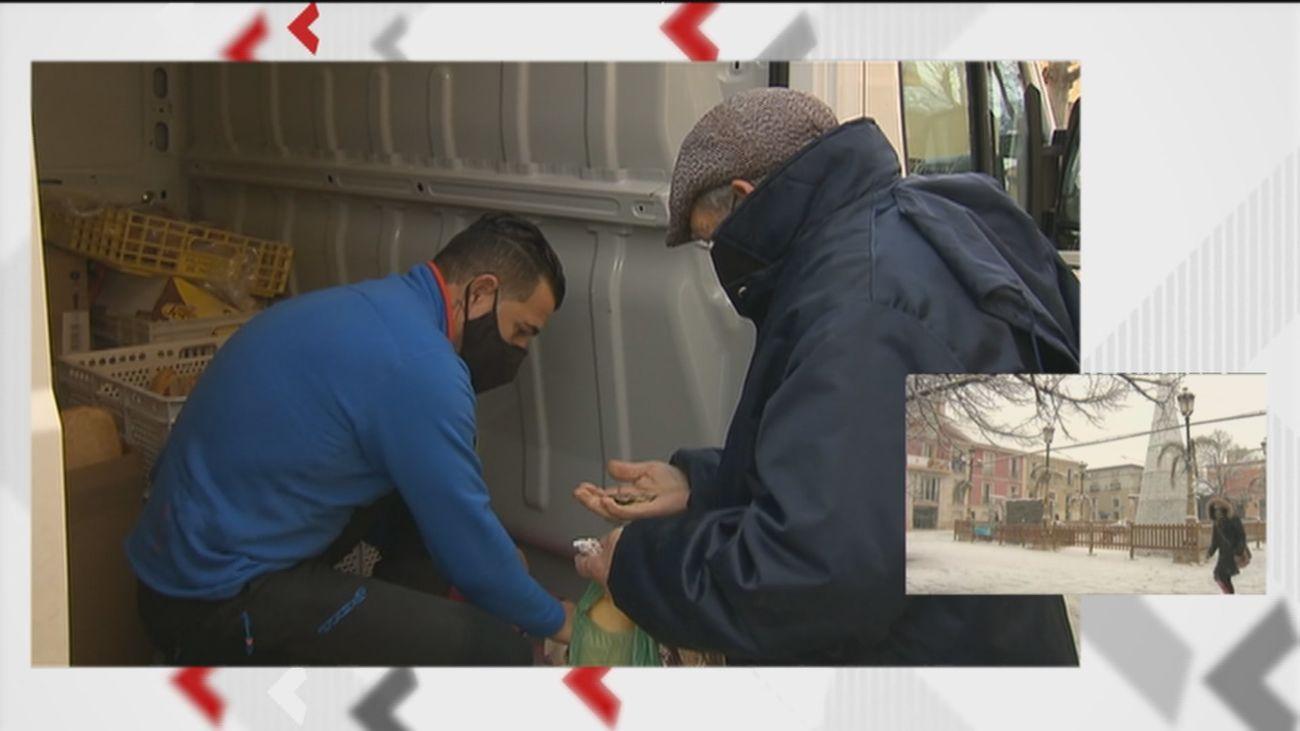 Los vecinos de la Sierra Norte reciben el pan sin problema a pesar del temporal de nieve