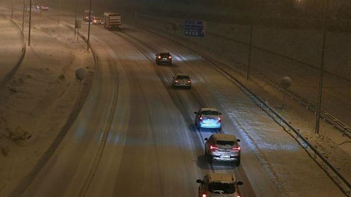 Centenares de personas atrapadas en sus coches en Madrid por la gran nevada