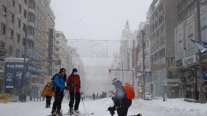 Las máquinas  quitanieves toman Gran Vía tras la nevada histórica