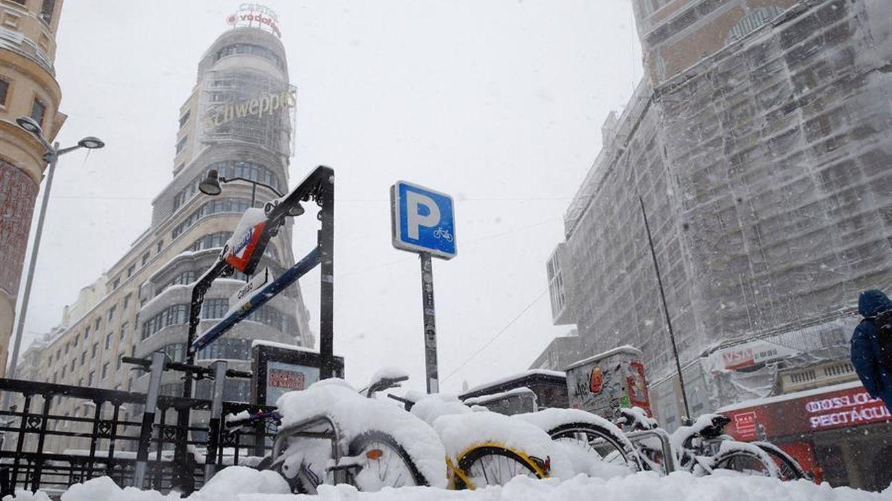Imagen única de la Gran Vía cubierta por la nieve
