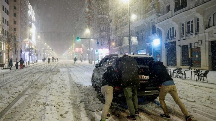 Cortes en varias carreteras de Madrid y colapso por la nieve en las calles de la capital