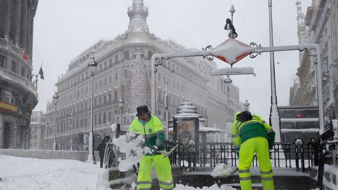 Retiran la nieve de algunas de las principales vías de Madrid capital