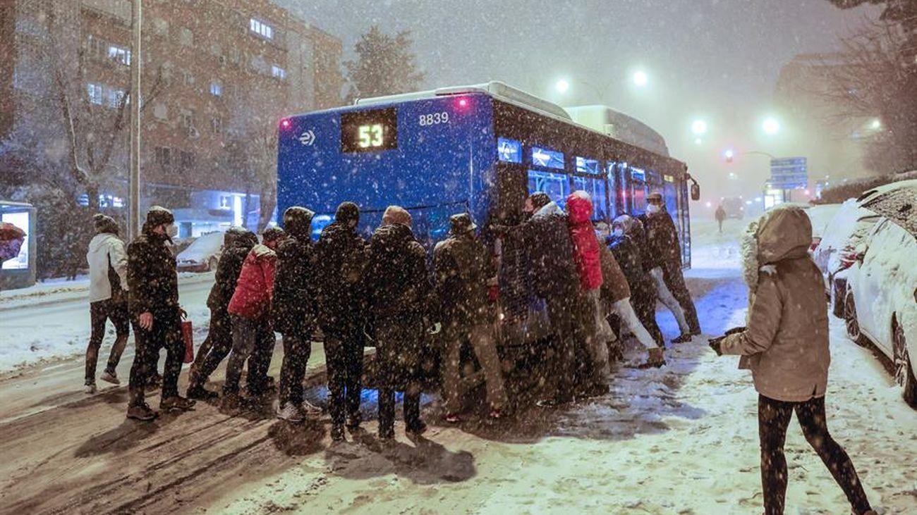 Varias personas empujan en Madrid un autobús atrapado por la nieve