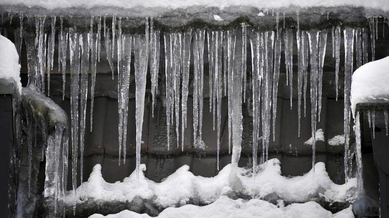 Carámbanos de hielo en un tejado