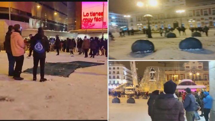 Multitudinaria guerra de bolas de nieve en la Puerta del Sol en pleno temporal Filomena