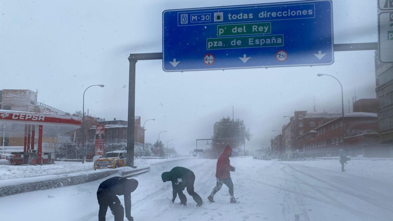 Varias personas juegan sobre la calzada del Paseo de Extremadura, justo a la entrada de los túneles de la M-30
