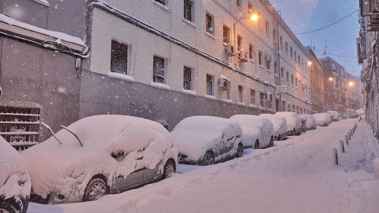 """Vehículos """"enterrados"""" por la nieve en el centro de Madrid"""