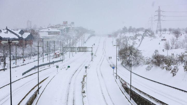 Madrid amanece blanca, sin trenes, autobuses ni aviones y con temperaturas ya bajo cero