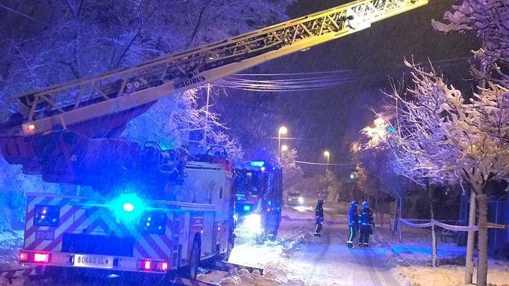 Los bomberos de Madrid realizan más de mil intervenciones ante la nevada