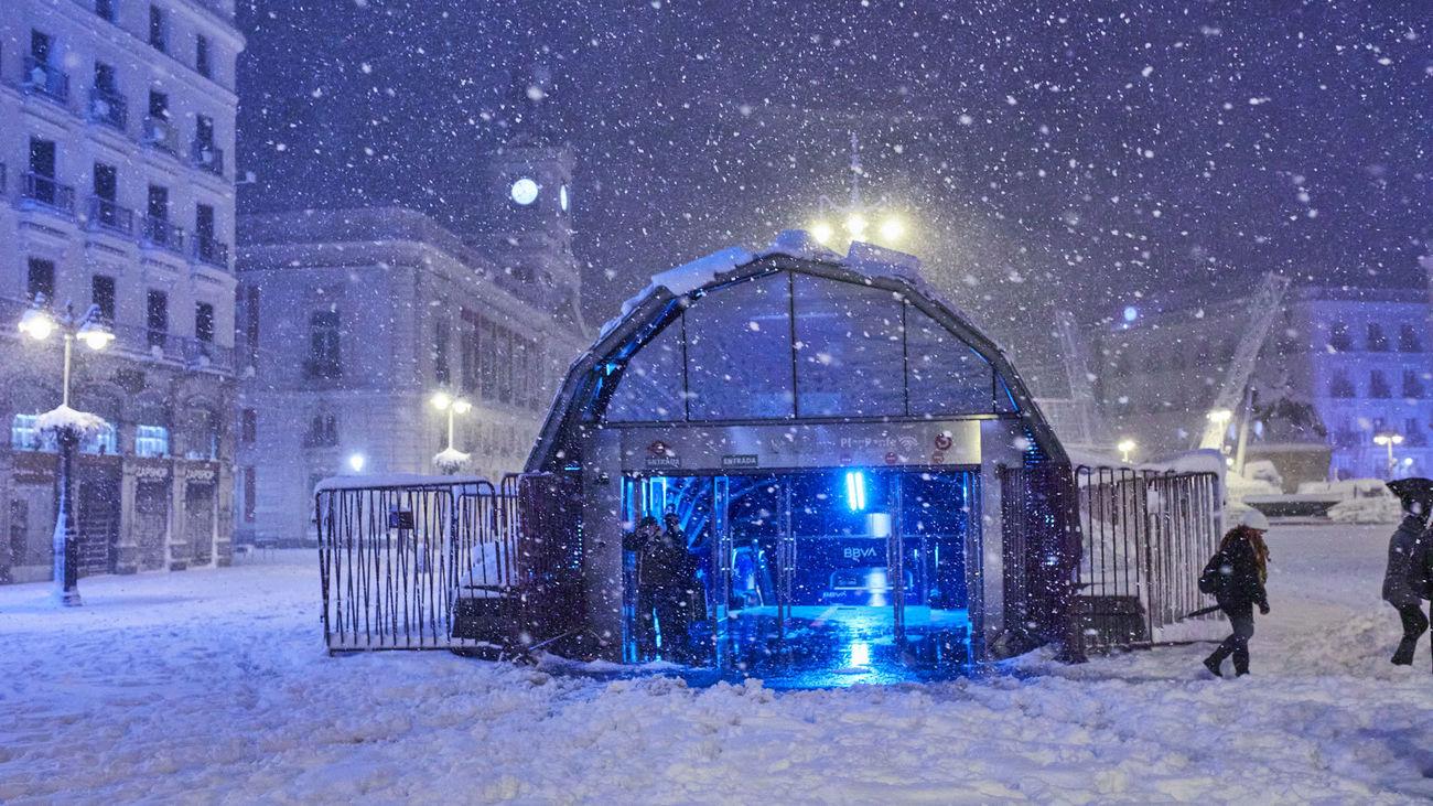 La entrada a la estación de Cercanías de Sol, rodeada de nieve