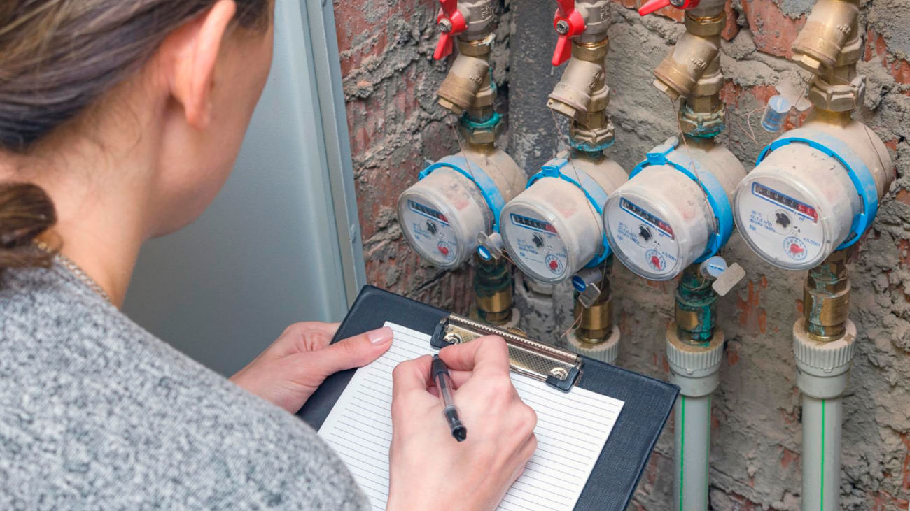 Una técnico realiza una lectura de contadores de agua