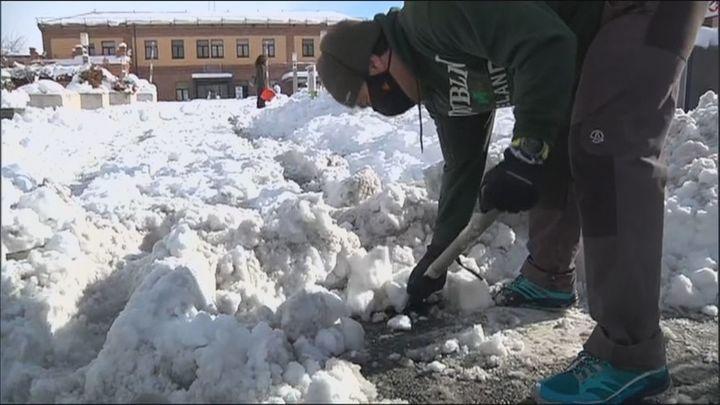 Grupos vecinales organizan retiradas colectivas de nieve