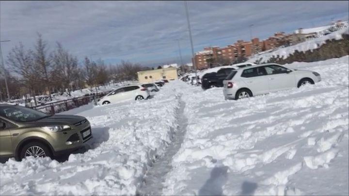Decenas de coches atrapados en el aparcamiento de Rivas Urbanizaciones