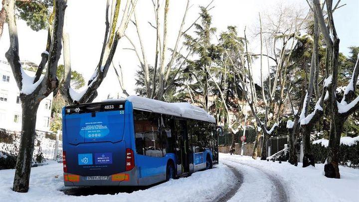 Así es de complicado rescatar un bus de la nieve en Madrid