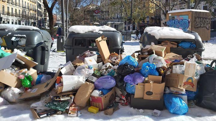 La basura se acumula en muchos puntos de Madrid tras ser imposible recogerla por la nieve y el hielo