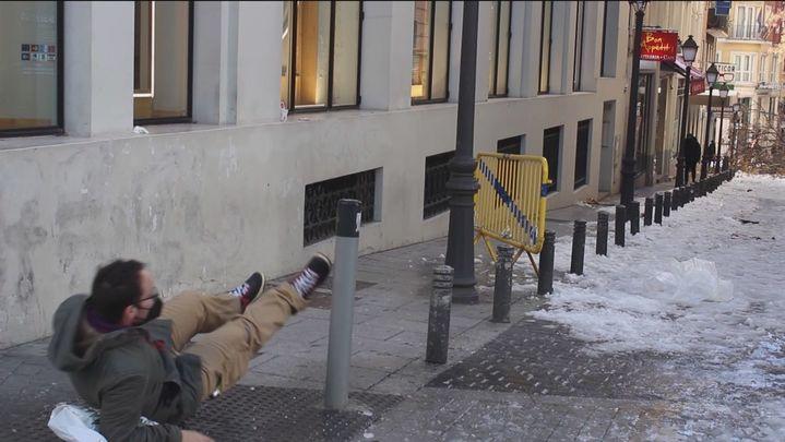 Patinazos y resbalones por placas de hielo amargan la mañana a los viandantes en el centro de Madrid