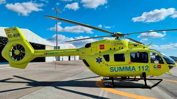 Un helicóptero traslada desde Cadalso de los Vidrios al Hospital de Alcorcón a una paciente grave de Covid