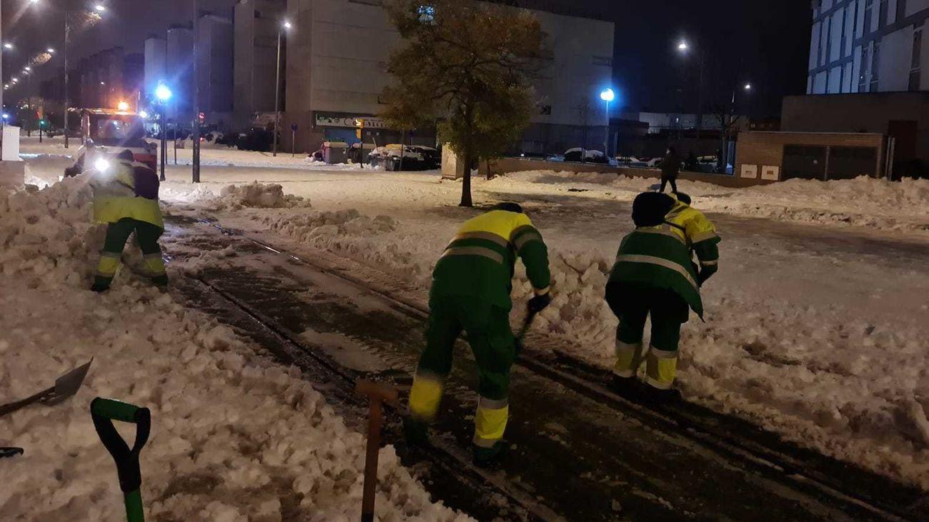 Operarios de Parla trabajan para retirar la nieve