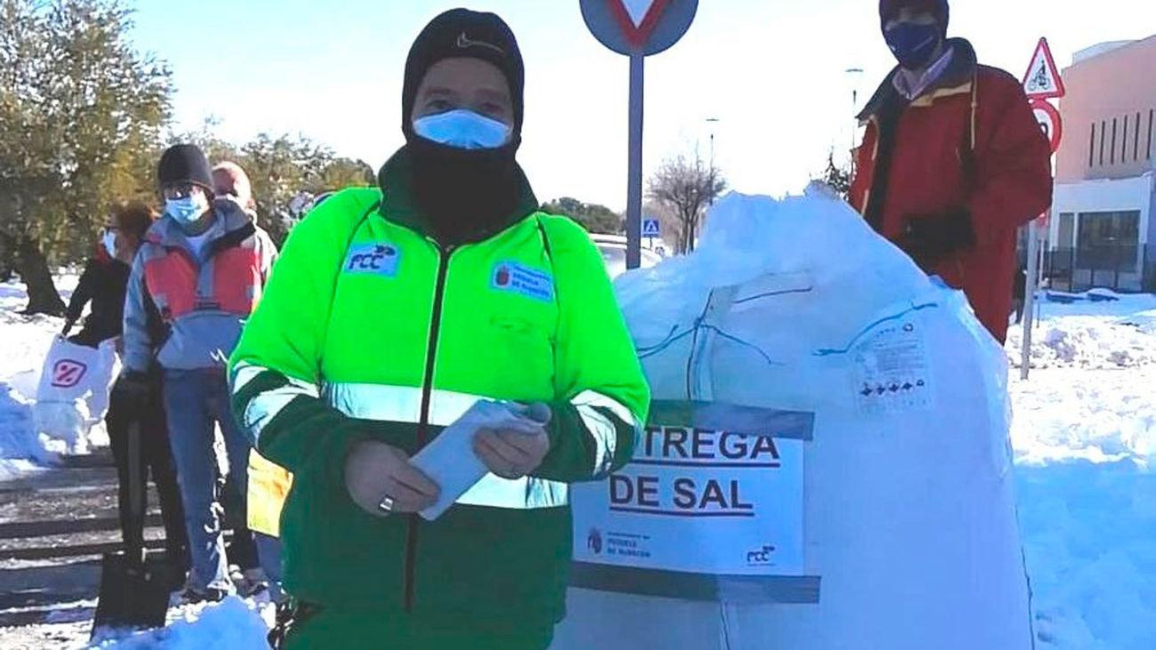 Reparto de sal en Pozuelo de Alarcón tras la nevada de enero de 2021