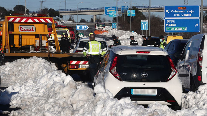 200 personas y medio centenar de máquinas quitanieves para limpiar las carreteras en Madrid