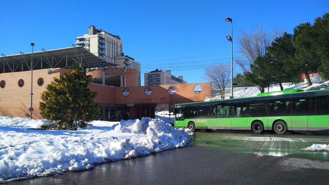 Un autobús recorre Alcorcón tras la nevada